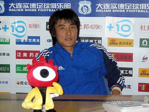 图文-大连顶级联赛第八冠老将李明赛后聊天