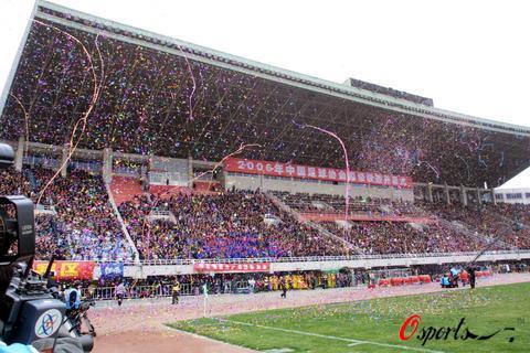 图文-2006新赛季中超开幕式联赛开幕式点燃球场