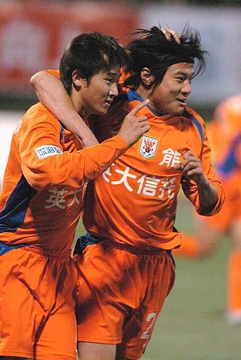 图文-[中超]鲁能3-1胜青岛泰山最佳拍档庆进球