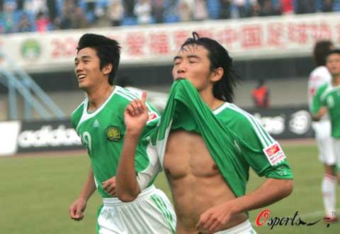图文-[中超]北京国安1-0长春亚泰杜文辉叼衣庆祝