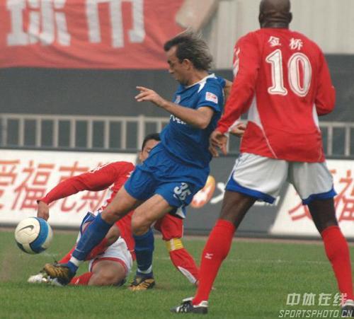 图文-[中超]蓝狮2-0国际完美复仇伊万布拉遭恶铲