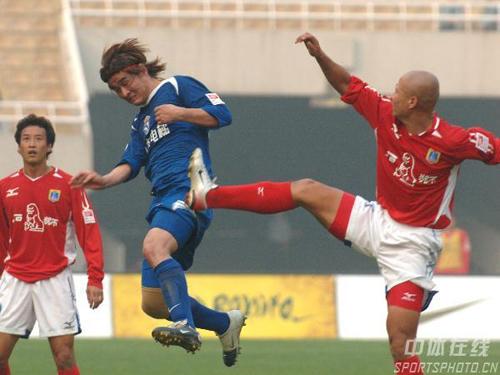 图文-[中超]蓝狮2-0国际完美复仇双方队员飞脚