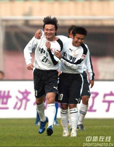 图文-[中超]上海联城3-1沈阳金德联城队员庆祝进球