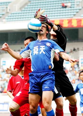 图文-[中甲]舜天1-0毅腾外援与门将争夺制空权