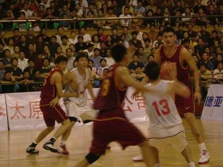 图文-中国男篮93比70战胜八一队 姚明鹤立鸡群