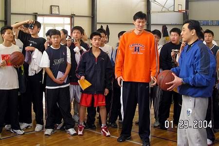 图文-CBA球员杜峰、王非与训练营小球员们在