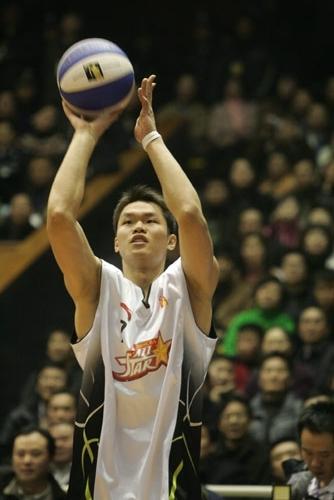 卫冕冠军击败常规赛三分王朱芳雨夺弯弓笑到最后