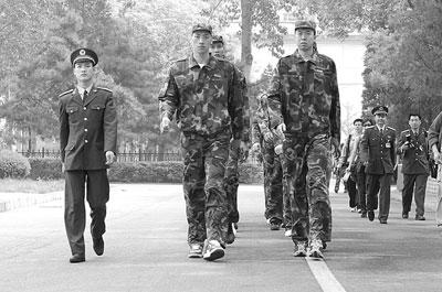 王治郅重穿军装:当兵的感觉一辈子都忘不掉(图)