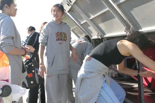 图文-[世锦赛]中国女篮返回北京国手忙着运行李