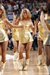 NBA性感女郎-小牛宝贝野性风格金色吊带养人眼