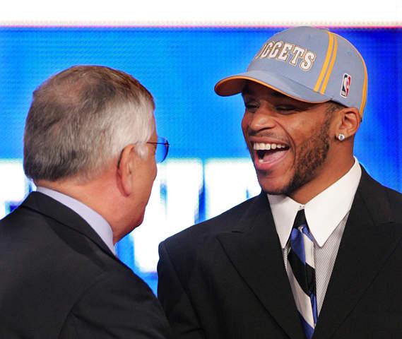 新浪体育讯 北京时间6月25日上午,2004NBA选秀大会在美国纽约麦迪逊广场花园剧院举行,高中生大前锋德怀特-霍华德最终成为今年的状元秀加盟魔术队。原先被看好的今年NCAA冠军球队康涅狄格大学最有价值球员奥卡福与状元失之交臂。图为NBA总裁大卫-斯特恩宣布第20名为贾米尔-尼尔森,他被掘金选中,位置为组织后卫。