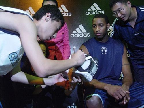 图文-麦蒂同聋哑学生共享篮球乐趣 让我看看你