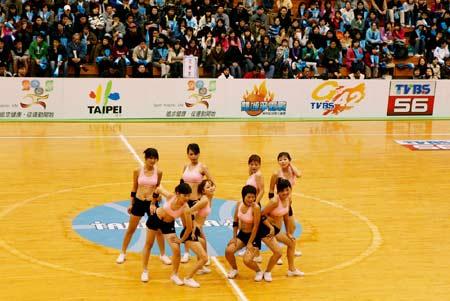 图文-奥神赴台交流力取两连胜美少女啦啦队进场表演