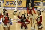 图文-韩国美女啦啦队助兴中韩明星赛派送礼物