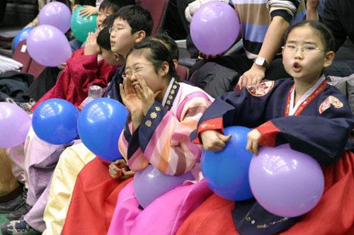 图文-中韩男篮明星赛中国告负韩国儿童大声叫好