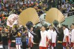 图文-中韩男篮明星赛中国告负扇舞迎接中国星