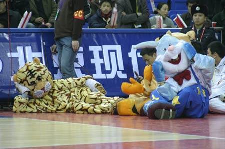 图文-篮球宝贝助兴中韩对抗赛卡通人千姿百态