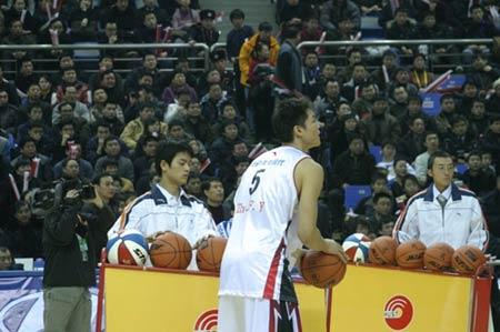 图文-中韩对抗赛再决三分王观众助威朱芳雨