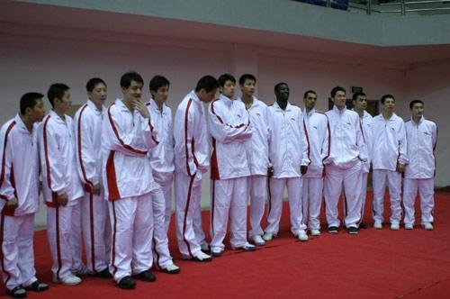 图文-中国队备战中韩男篮对抗赛CBA明星队全家福