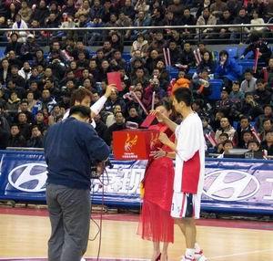 图文-中韩明星赛花絮多多向青少年篮球发展捐款