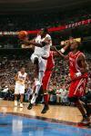 图文-[NBA]火箭118-95胜76人达勒姆波特篮下传球