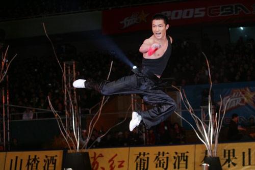 图文-[CBA]全明星赛开幕式飞天舞刀武术精神