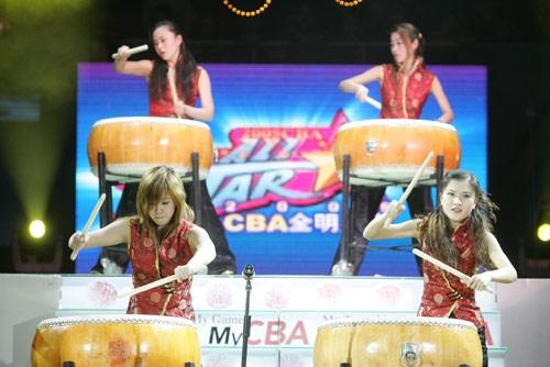图文-[CBA]全明星赛开幕式美女击鼓吸引目光