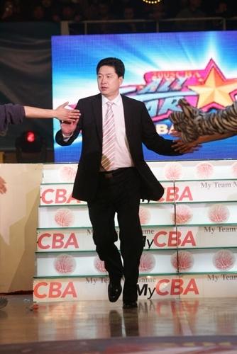 图文-CBA全明星赛明星出场式南方队教练李春江