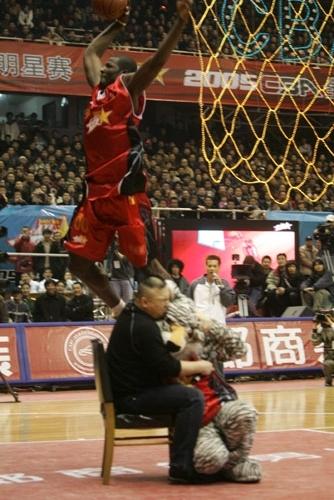图文-[CBA全明星赛]灌篮大赛奥得捷立于空中