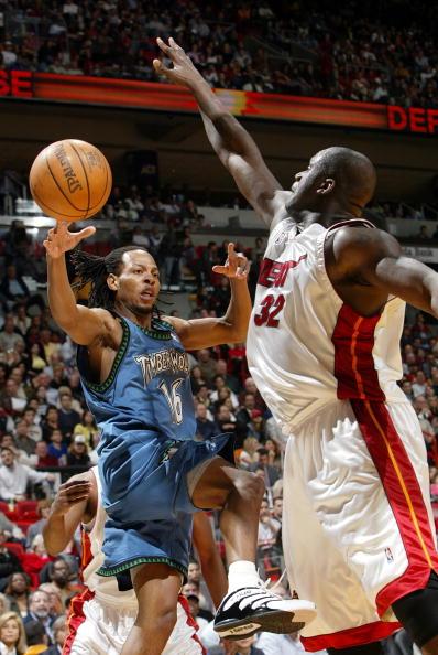 新浪体育讯 北京时间3月11日上午,NBA常规赛焦点战热火主场迎战森林狼,图为奥尼尔在比赛中试图封盖对方哈德森。
