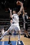 图文-[NBA常规赛]马刺VS小牛范霍恩拼抢篮板球