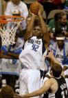 图文-[NBA]马刺68-104负小牛斯塔克豪斯欲拿分