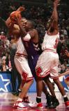 图文-[NBA]猛龙97-110公牛埃里克-威廉姆斯被夹击