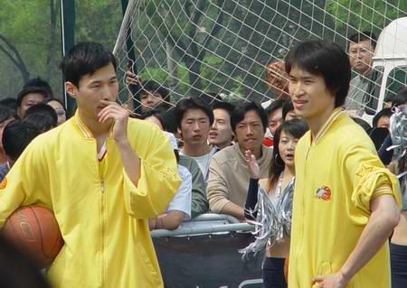 图文-新浪狮助阵国际篮球狂欢节奥神双雄上阵