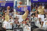 图文-新浪狮助阵国际篮球狂欢节反身一扣惊四座