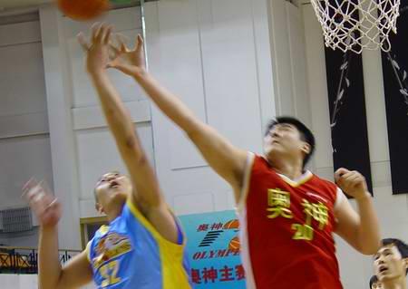 图文-[海峡杯]新浪狮再负奥神单涛争抢篮板