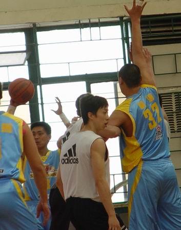 图文-新浪狮对阵东方大鲨鱼单涛要球