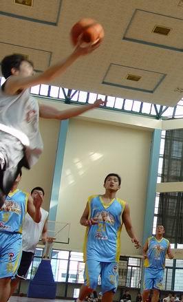图文-新浪狮对阵东方大鲨鱼飞身上篮