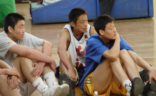 图文-新浪狮五节苦战胜大鲨鱼上海青年男篮观战