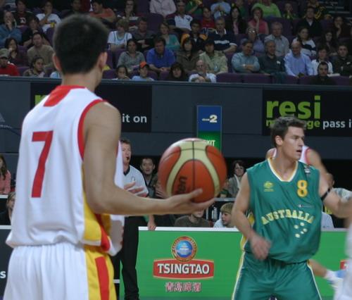 图文-四国赛中国男篮再负澳大利亚边强持球待发