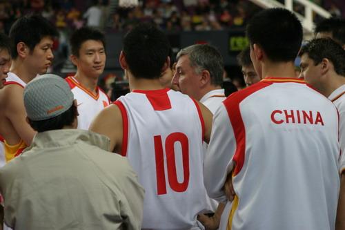 图文-四国赛中国男篮再负澳大利亚尤纳斯布置战术