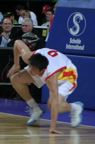 图文-四国赛中国男篮再负澳大利亚张劲松一拼到底