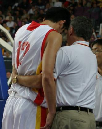 图文-四国赛中国男篮再负澳大利亚尤纳斯密传绝招