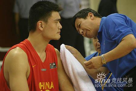 图文-亚锦赛中国男篮87-73黎巴嫩队医为姚明疗伤