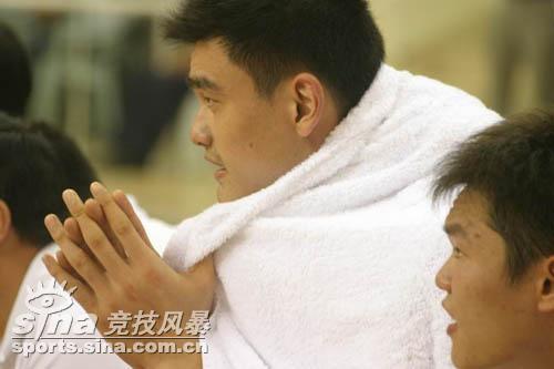 图文-[半决赛]中国男篮93比49胜韩国姚明坐观
