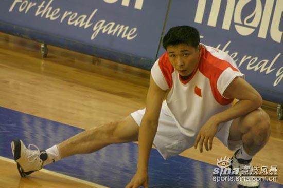 图文-中国男篮vs韩国赛前训练张劲松老骥伏枥