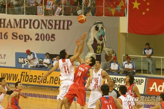 图文-[亚锦赛]中国男篮vs韩国双方争球比赛开始