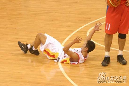 图文-[亚锦赛]中国男篮vs韩国刘炜无奈被判犯规