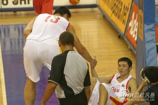 图文-[亚锦赛]中国男篮vs韩国姚明拉起战友刘炜