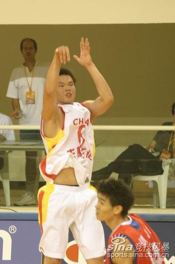 图文-[亚锦赛]中国男篮vs韩国朱芳雨三分发炮